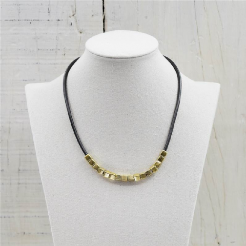 GREY SINGLE STRAND NECKLACE WITH GOLD SQUARES